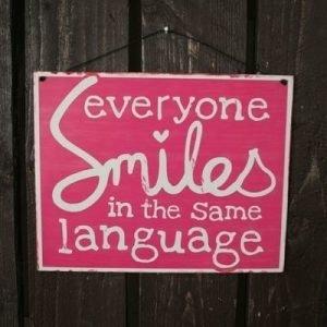 "Peltikyltti 24x19cm ""Everyone Smiles In Same Language"" 4living"