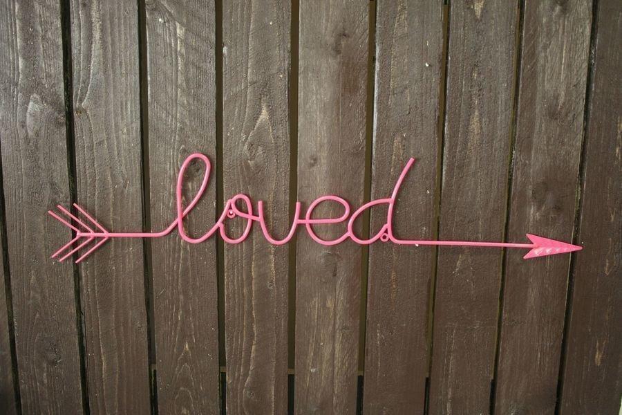 """Seinädeco """"loved"""" 80x13cm Pinkki"""